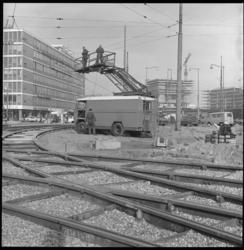 8959-1 Onderhoudswagen voor de bovenleiding van de tram op het knooppunt Hofplein. Rechts scholencomplex Technikon en ...
