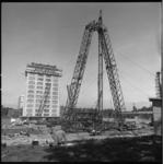 8981-1 Opbouw bouwkraan bij nieuwbouw Medische Faculteit aan de Westzeedijk.