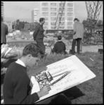 8981-2 Studenten tekenen werkzaamheden bij de nieuwbouw van de Medische Faculteit aan de Westzeedijk.