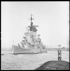 8985 Aankomst Amerikaanse kruiser USS Columbus CG12 voor een informeel bezoek van 21 t/m 26 augustus.
