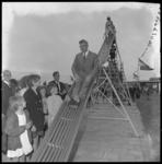 8993 Burgemeester Wim Thomassen op de glijbaan in speeltuin Honderdentien Morgen aan de Medusastraat ter gelegenheid ...