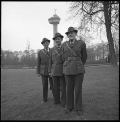 8994 Parkwachters in nieuwe uniformen, opgesteld in het Park met de Euromast op de achtergrond. Van links naar rechts: ...