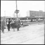 8995-1 Aankomst gezelschap op het Kruisplein met een speciale tram voor de opening van de Stichting Centrale Discotheek ...