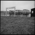 9002-1 Afgedankte stadsbussen van de RET staan opgesteld op terrein voetbalclub RKVV 'Van Nispen' in De Zilk.