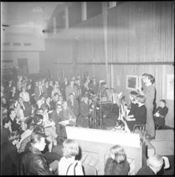 9006 Cabaretvoorstelling (waarschijnlijk cabaretgroep Quast) in AMVJ-gebouw aan de Mauritsweg.