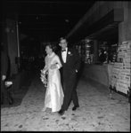 9025-1 Aanstaande bruidspaar prinses Margriet en mr. Pieter van Vollenhoven in galakleding bij aankomst in Hilton.