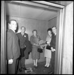 9025-3 Prins Bernhard, koningin Juliana, kroonprinses Beatrix en prins Claus in de lift van het Hilton Hotel.