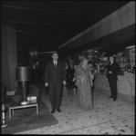 9025-4 Koningin Juliana in galakleding in Hilton Hotel. Achter haar loopt o.a. Prinses Christina en nog verder achterin ...