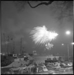 9032 Vuurwerk ter gelegenheid van Koninginnedag boven de Nieuwe Maas en Charloisse Hoofd, gezien vanaf de Parkkade.