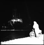9034 Motorvrachtschip 'Kinderdyk' van de Holland Amerika Lijn bij Hoek van Holland vast op de Noorderpier.