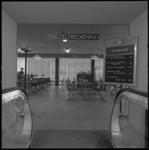 9041-3 Interieur van het nieuwe zelfbedieningsrestaurant van de HEMA aan het Beursplein 2.