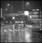 9053-1 Avondfoto vanaf Weena over Kruisplein richting concertgebouw De Doelen.