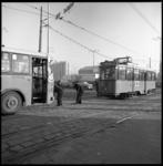 9055 Op het Stationsplein bij het Weena wordt een gestrande tram van lijn 1 weggesleept door een stadsbus.