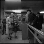 9076 Reizigers en RET-personeel bij tourniquetten en stempelautomaat in een ondergronds metrostation RET.