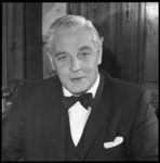 9092-1 Portret van mr. A. Stempels, hoofdredacteur van NRC, in zijn werkkamer aan de Witte de Witstraat.