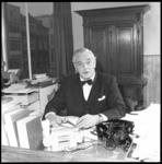 9092-2 Portret van mr. A. Stempels, hoofdredacteur van NRC, in zijn werkkamer aan de Witte de Withstraat.