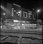 9097-1 Hilton Hotel gezien vanaf het Hofplein met speciale verlichting van het het woord Noel.