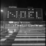 9097-2 Hilton Hotel gezien vanaf het Hofplein met speciale verlichting met het woord Noël.