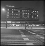 9097-3 Hilton Hotel gezien vanaf het Hofplein met speciale verlichting met het woord en nieuwjaarswens Noël voor 1968.