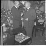 910 De heer W. Reitsma, links, directeur van het Adviesbureau voor Reclame en Algemeen Advertentiebureau Nijgh & van ...