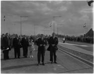 912-2 De commissaris van de Koningin in Zuid-Holland, mr. J. Klaasesz knipt met een schaar het lint waarna de nieuwe ...