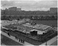 922 De vlag omhoog op het hoogste punt van het clubhuis in aanbouw van Speeltuinvereniging Tarwewijk aan de ...