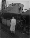 925-2 De kustvaarder Diana V na een brand bij scheepswerf Vuijk te Capelle aan den IJssel. Op de voorgrond I.M. ...