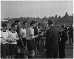 933-1 Filmster Jayne Mansfield wordt begroet door DOS-spelers in het Sparta-stadion. Derde van links DOS-keeper de Munck.