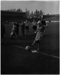 933-2 Jayne Mansfield verricht de aftrap bij de wedstrijd Sparta - DOS.