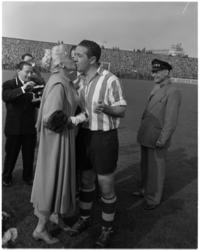 933-3 Jayne Mansfield zoent Sparta-speler Rien Terlouw.
