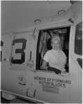 933-5 Jayne Mansfield aan boord van een helikopter op het Amerikaanse vliegkampschip Tarawa gelegen in de Rotterdamse haven.