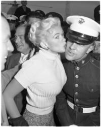 933-6 Jayne Mansfield zoent een Amerikaanse marinier.