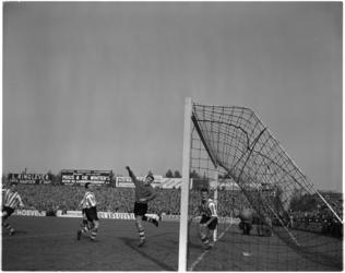 936-1 Spelmoment uit de voetbalwedstrijd Sparta - DOS.