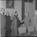 94-1 Mgr. J.H. Niekel in het midden wordt gefeliciteerd ter gelegenheid van zijn 40-jarig priesterschap.