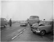 942 Beschadigde personenauto en stilstaande autobus van WSM op rijksweg A 13.