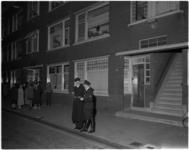 945 Politieagenten voor de woning in de Zweedsestraat waar een man zijn vrouw en dochter heeft vermoord.