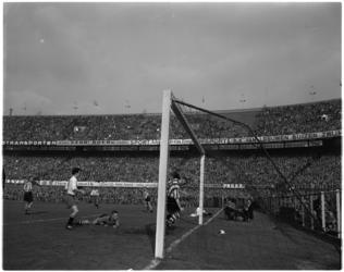 946-2 Spelmoment uit de voetbalwedstrijd Feyenoord - PSV.