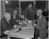 947-2 Mensen rond het schaakbord in het nieuwe hervormde kerkcentrum aan het Kastanjeplein.