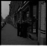 955 Marinematrozen aan het winkelen in de Scheepstimmermanslaan, gezien vanuit de Westzeedijk.
