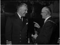 957 Burgemeester Van Walsum ontvangt op het stadhuis admiraal Sir John Eccles die met een Brits smaldeel, de kruiser ...