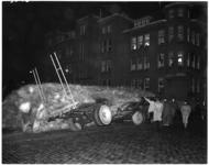 964 Vrachtauto met vlas gekanteld op het Aelbrechtsplein nadat de lading op de aanhanger was gaan schuiven.