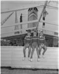 968-1 Drieling zit op een railing van ss. Groote Beer (of ss Waterman); zij gaan op weg naar Australië.