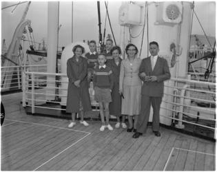 968-2 Drieling en vier volwassenen staan op het dek van ss Groote Beer (of ss Waterman). Zij gaan op weg naar Australië.