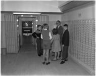 969 Leerlingen van de zesde klas van de Finlandiaschool uit de Brigantijnstraat ter gelegenheid van de Wereldspaardag ...