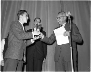 972-1 M.L.W. Schoch, hervormd jeugdpredikant reikt een prijs uit van het gehouden herfsttoernooi voor scholieren.