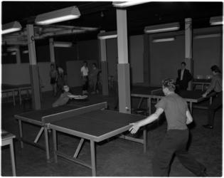 972-2 Tafeltennissende deelnemers aan het herfsttoernooi dat onder auspiciën van de Stichting Centrale Hervormde ...