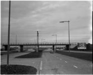 989 Stadhoudersweg met spoorwegviaduct in de richting van Kleinpolderplein naar Rijksweg 13 met op de achtergrond de ...