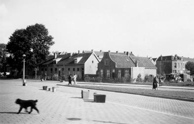 1976-2251 Woningen aan de Dorpsweg bij de Katendrechtse Lagedijk ( links ).