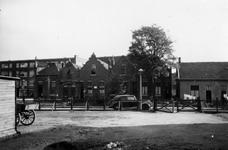 1976-2255 Woningen aan de Dorpsweg bij de hoek van de Katendrechtse Lagedijk.