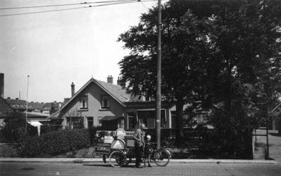 1976-2294 Gezicht op de 's- Gravenweg, bij het gebouw Bouwlust.